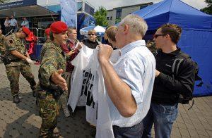 """Protest gegen Bundeswehr-Präsenz am Hessentag 2010. Foto © Michael Schulze von Glaßer, Autor des Buches """"Soldaten im Klassenzimmer"""" und """"An der Heimatfront"""""""