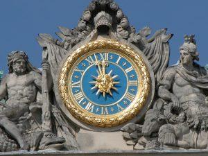 Uhr im Schloss-Innenhof, Versailles. © 2005 Uwe Gerig, Deutsche Fotothek in Kooperation mit Wikimedia Deutschland. CC-BY-SA