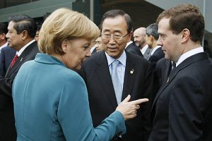 G8-Gipfel Juli 2008, Japan. Angela Merkel, Ban ki Moon, Dmitri Medwedev. © www.kremlin.ru CC, Wikimedia Commons