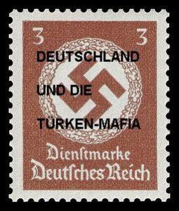im Hintergrund: Behörden-Briefmarke in der NS-Zeit, 1934. Collage: D. O.