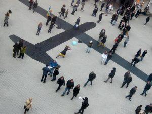 Was wäre, wenn ...? Der Schatten einer Drohne auf dem Ostermarsch 2013 in der Fußgängerzone Hannovers. Foto © Friedensbüro Hannover CC BY-SA