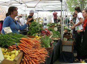 echte Bauernmärkte - es gibt sie (noch) weltweit. Hier der Ballard Sunday Farmers Market in Seattle, USA. © 2007 Joe Mabel. GNU / CC BY-SA, Wikimedia Commons
