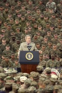 ehemaliger US-Präsident George W. Bush 2004 im Camp Pendleton. PD, anonymer US-Mariner. Wikimedia Commons