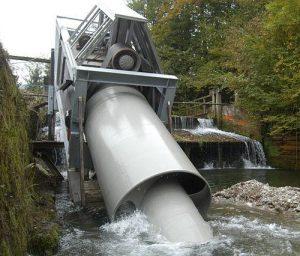 Eine Strom produzierende Fischaufstiegshilfe, bzw. spezieller Typ einer Wasserkraftschnecke, im Versuchskraftwerk Jeßnitz bei St. Anton (AT). Foto © 2013 Hydroconnect CC BY-SA, Wikimedia Commons