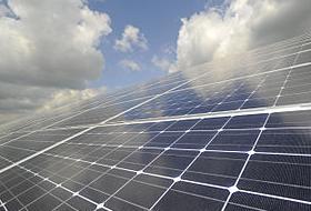 Solarmodule der Plus-Energie-Gemeinde Anröchte (DE). © 2012 EnergieAgentur NRW CC BY, Wikimedia Commons. Der Ort erzeugte 2012 doppelt so viel Strom wie benötigt wurde (Bericht WAZ)