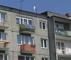 Ätsch! Ein Balkonkraftwerk in Bydgoszcz, Polen. Foto © 2009 Joymaster. PD, Wikimedia Commons. Solche Balkonkraftwerke gibt es genauso bei uns, außerdem Off-Grid-Anlagen oder Inselsysteme, die nicht mal ein Stromnetz benötigen ...