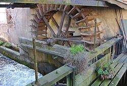 """Wasserrad Nudlemühli (""""Nudeln"""" = Polieren, d. h. von Edelsteinen). Foto © 2014 James Steakley CC BY-SA Wikimedia Commons. Das Wasserrad von 1745 war vor einigen Jahren noch für eine Schreinerei in Betrieb"""
