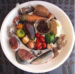 Thiéboudiène Boukhonk - Zutaten eines bekannten, senegalesischen Gerichtes. Aubergine ist nicht gleich Aubergine: solanum aethiopicum wird regional verwendet. Getrocknete, grüne Hibiskusblätter sind mit dabei usw. Foto © 2015, T. K. Naliaka. CC BY-SA, Wikimedia Commons