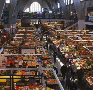Die bekannte Markthalle Hala Targowa von Wrocław (Breslau), Polen. Es fehlt nichts. Auch keine Südfrucht! Foto © 2007 Barbara Maliszewska. CC BY-SA, Wikimedia Commons